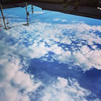 空の写真を逆さまにしてみて▷宇宙から見た地球に見えると話題に!