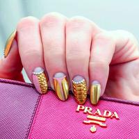 シンプルに美しく。大人ピンクコーデには、ゴールドな指先がマスト