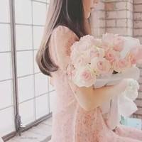 """愛を込めて花束を。""""幸せな瞬間""""に届けたい#ブーケネイルとドレスの組み合わせ"""