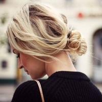 ラフでこなれ感のあるヘアアレンジは後れ毛で魅せる