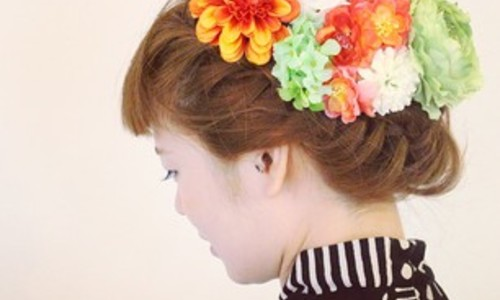 【成人式】振り袖にはホンモノを。生花を使った' 花結い 'でつくる髪型