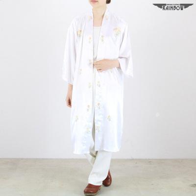 白 刺繍サテンガウン
